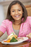 Chica joven que disfruta de una comida en el país Imágenes de archivo libres de regalías