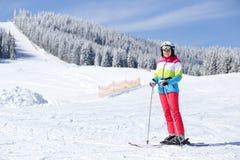 Chica joven que disfruta del esquí en cuesta de montaña imágenes de archivo libres de regalías