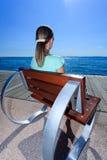 Chica joven que disfruta del lakeview hermoso Imagenes de archivo