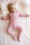 Chica joven que duerme en cama imagen de archivo