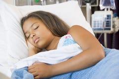 Chica joven que duerme en cama de hospital Fotos de archivo