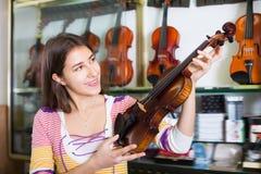 Chica joven que elige el violín clásico Fotos de archivo libres de regalías