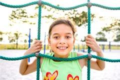 Chica joven que empuja la pista a través de cuerda que sube Fotos de archivo libres de regalías