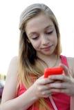 Chica joven que envía un mensaje Imágenes de archivo libres de regalías