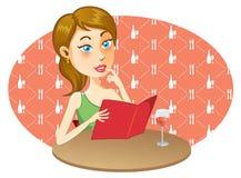 Chica joven que escoge un menú Imagen de archivo libre de regalías