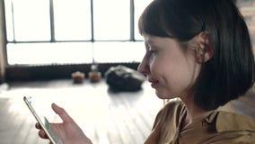 Chica joven que escribe un mensaje y una risa metrajes