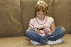 Chica joven que escucha el MP3 Imagenes de archivo