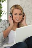 Chica joven que escucha la música Imágenes de archivo libres de regalías