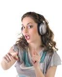 Chica joven que escucha la música en los auriculares Foto de archivo