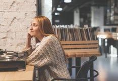 Chica joven que escucha un expediente de gramófono fotografía de archivo libre de regalías