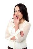 Chica joven que gesticula la muestra impactante Foto de archivo libre de regalías