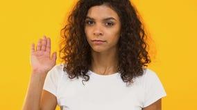 Chica joven que gesticula la parada, decir no a la cámara, advertencia de la mala opción, primer metrajes