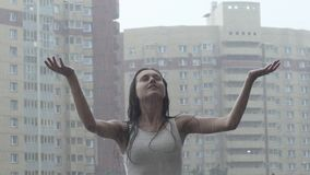 Chica joven que goza de la lluvia almacen de metraje de vídeo