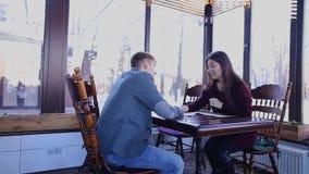 Chica joven que habla con el notario sobre herencia en el café almacen de metraje de vídeo