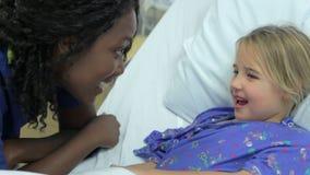 Chica joven que habla con la unidad femenina de In Intensive Care de la enfermera almacen de video