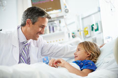 Chica joven que habla con la unidad masculina del doctor In Intensive Care Fotos de archivo