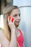 Chica joven que habla en el teléfono al aire libre Fotografía de archivo