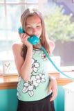 Chica joven que habla en el teléfono en su sitio Fotografía de archivo libre de regalías