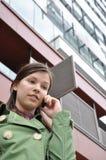 Chica joven que habla en el teléfono móvil Imagen de archivo libre de regalías