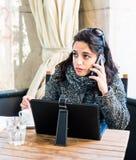 Chica joven que habla en smartphone y que hace una cara triste Foto de archivo