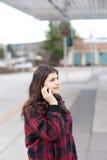 Chica joven que habla en su teléfono celular Imagenes de archivo