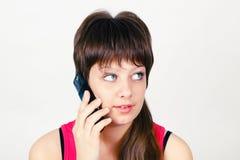 Chica joven que habla en un teléfono celular Imágenes de archivo libres de regalías
