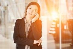 Chica joven que habla por el teléfono imagen de archivo