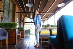 Chica joven que habla por smartphone en el restaurante Fotos de archivo libres de regalías