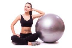 Chica joven que hace ejercicio con la bola de los pilates Fotografía de archivo libre de regalías