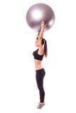 Chica joven que hace ejercicio con la bola de los pilates Fotos de archivo libres de regalías
