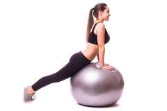 Chica joven que hace ejercicio con la bola de los pilates Imagenes de archivo