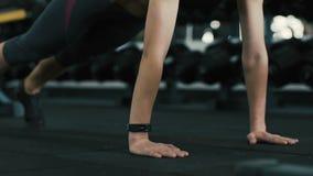 Chica joven que hace ejercicios en gimnasio metrajes
