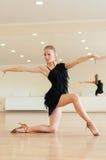 Chica joven que hace ejercicios en una clase de danza Foto de archivo libre de regalías