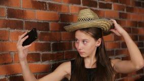 Chica joven que hace el selfie almacen de metraje de vídeo