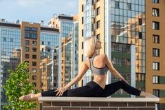 Chica joven que hace el tiro de las hacia fuera-de-puertas de la yoga Imagen de archivo libre de regalías