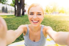 Chica joven que hace la foto del selfie Foto de archivo