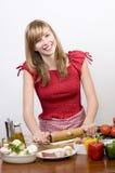 Chica joven que hace la pizza Imagen de archivo libre de regalías