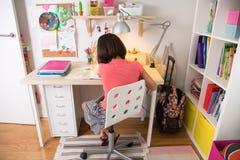 Chica joven que hace la preparación Imágenes de archivo libres de regalías