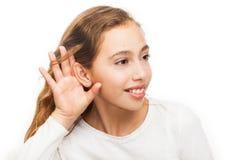 Chica joven que hace un gesto que escucha aislado fotografía de archivo libre de regalías