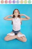 Chica joven que hace una burbuja grande con un chicle Imágenes de archivo libres de regalías