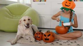 Chica joven que hace una Jack-o-linterna de Halloween metrajes