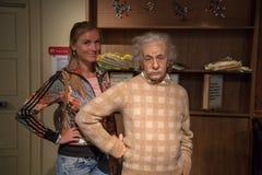 Chica joven que hace una pausa a Albert Einsten en señora Tussauds fotos de archivo