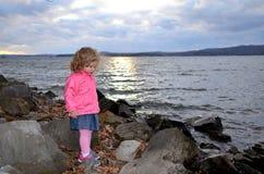 Chica joven que hace una pausa a orillas del lago foto de archivo libre de regalías