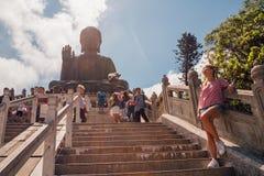 Chica joven que hace una pausa a Tian Tan Buddha foto de archivo libre de regalías