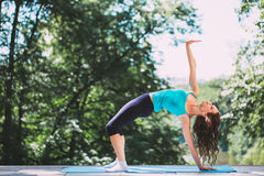 Chica joven que hace yoga foto de archivo libre de regalías