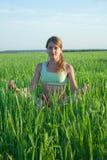 Chica joven que hace yoga contra la naturaleza Imagen de archivo