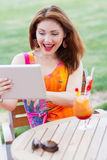Chica joven que hojea la PC de moda de la tableta Fotografía de archivo libre de regalías