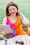 Chica joven que hojea la PC de moda de la tableta Fotos de archivo libres de regalías