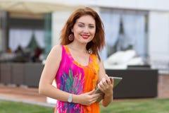 Chica joven que hojea la PC de moda de la tableta Imágenes de archivo libres de regalías