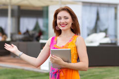 Chica joven que hojea la PC de moda de la tableta Fotografía de archivo